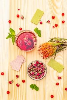 Pyszna letnia zielona herbata różana