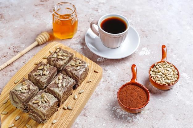 Pyszna marmurowa chałwa z pestkami słonecznika, kakao w proszku i miodem