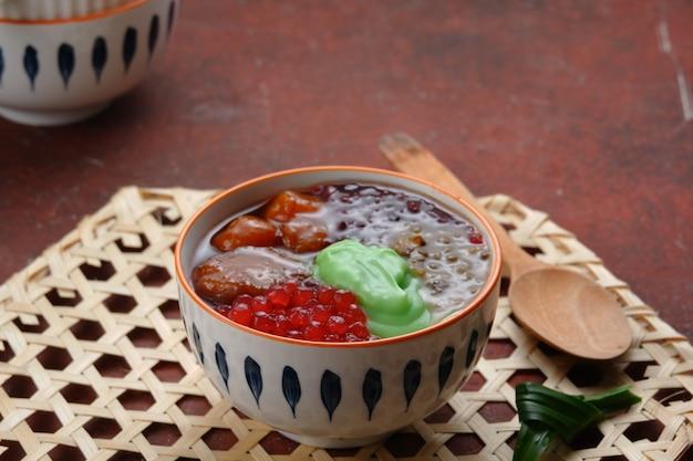 Pyszna mieszana owsianka lub bubur kampiun to specjalny minang kolak jest często spotykany podczas ramadanu