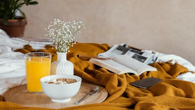Pyszna miska na jedzenie i sok pomarańczowy