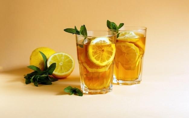 Pyszna mrożona herbata z cytryną i miętą w szklankach
