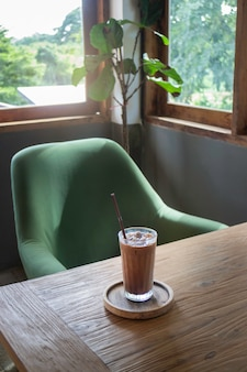Pyszna mrożona kawa i mleczna czekolada topią napój
