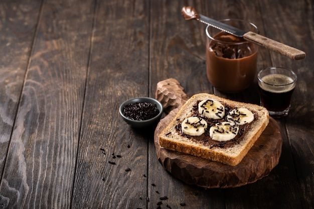 Pyszna otwarta kanapka z czekoladą i bananem