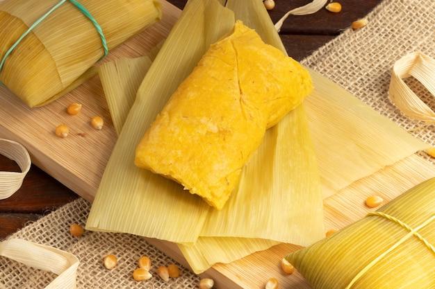 Pyszna pamonha, brazylijska przekąska kukurydziana.