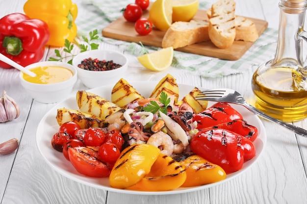 Pyszna pikantna sałatka z owoców morza z dressinem z soku z cytryny