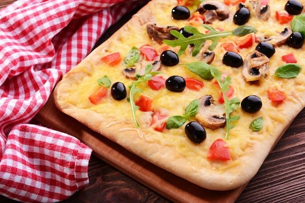 Pyszna pizza domowej roboty na stole