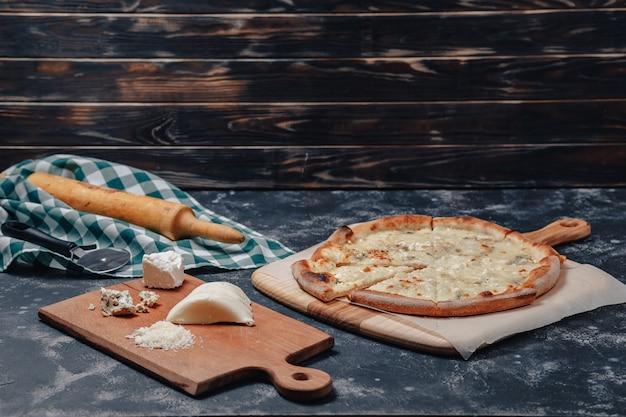 Pyszna pizza neapolitańska z serem. cztery rodzaje sera. koncepcja pysznej włoskiej pizzy.