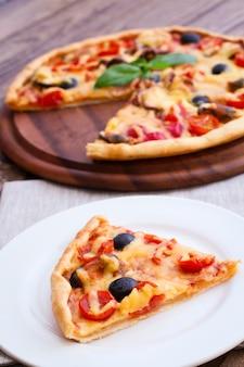 Pyszna pizza podawana na desce