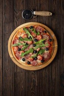 Pyszna pizza pokrojona na kawałki