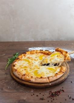Pyszna pizza, tradycyjna włoska pizza.