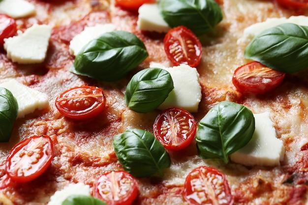 Pyszna pizza z bazylią