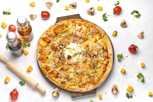 Pyszna pizza z boczkiem, pieczarkami, serem topionym na drewnianym talerzu. białe tło, smaczna kompozycja.