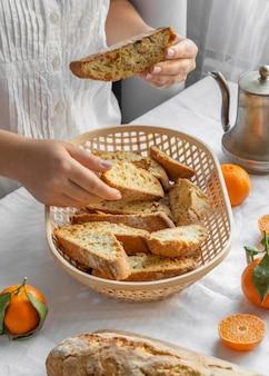 Pyszna pomarańczowa drożdżówka na stole