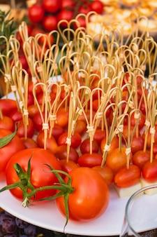 Pyszna porcja małych pomidorków w formie przekąsek