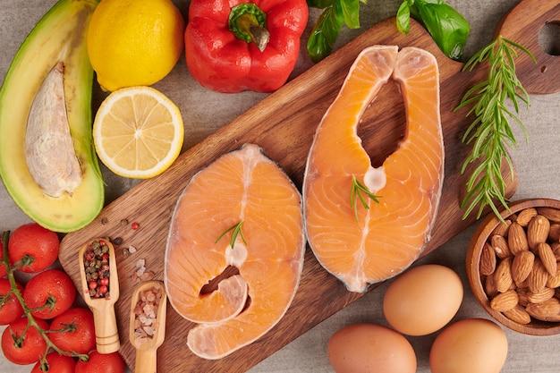 Pyszna porcja świeżego fileta z łososia z aromatycznymi ziołami, przyprawami i warzywami - zdrowa żywność, dieta lub koncepcja gotowania. koncepcja zrównoważonego odżywiania dla czystego żywienia flexitarian śródziemnomorskiej diety.