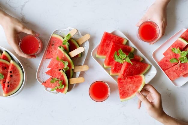 Pyszna przekąska lato arbuza na talerzu. deser. widok płaski, widok z góry.