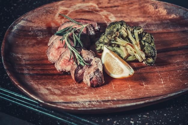 Pyszna przystawka z ziołami. koncepcja żywności i napojów