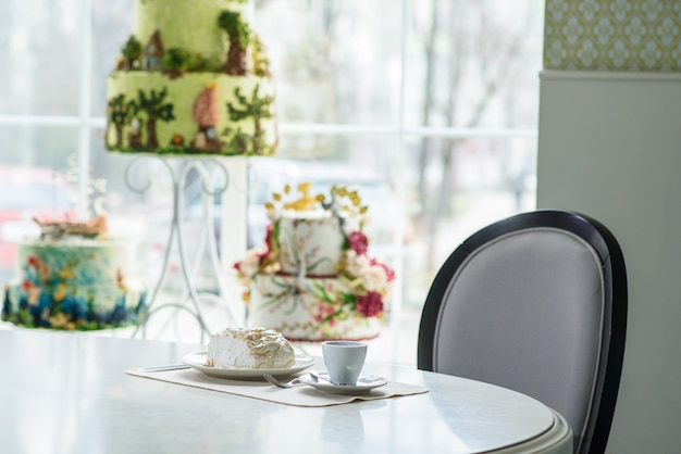 Pyszna rolka bezrukowa i filiżanka kawy na stoliku w przytulnej kawiarni