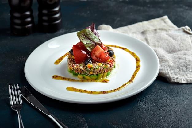 Pyszna sałatka quinoa z awokado i pomidorami. makro