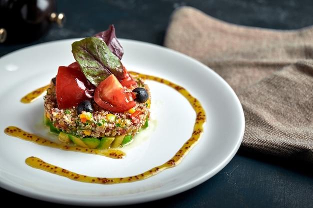 Pyszna sałatka quinoa z awokado i pomidorami.