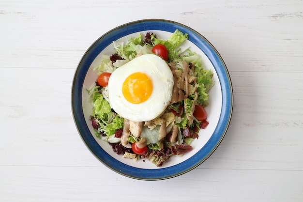 Pyszna sałatka sałatkowa z warzywami z sera i jajkiem