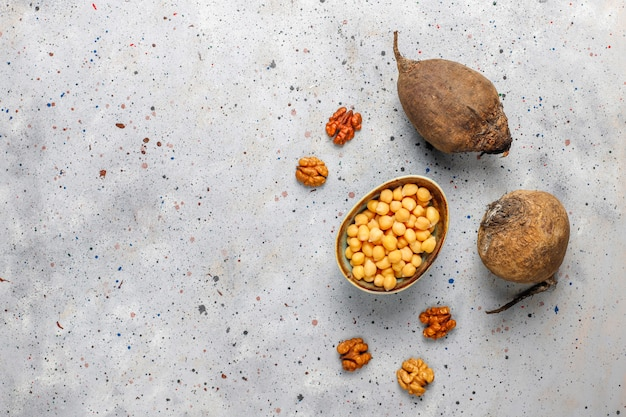 Pyszna sałatka z buraków z serem feta lub kozim i ciecierzycy, widok z góry