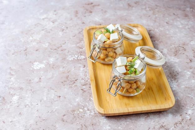 Pyszna sałatka z ciecierzycy z awokado i serem feta, widok z góry