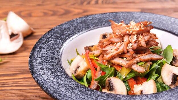 Pyszna sałatka z cielęciny, pieczarek, warzyw i sezamu. zdrowe, zrównoważone jedzenie koncepcja.