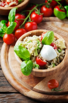 Pyszna sałatka z komosą ryżową, pomidorem i awokado, selektywna ostrość
