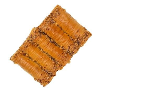 Pyszna słodka baklava na białym tle na białej powierzchni. widok z góry.