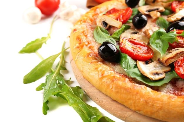Pyszna smaczna pizza z warzywami na białym?
