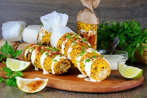 Pyszna smażona kukurydza, starta z limonką, polana sosem i doprawiona