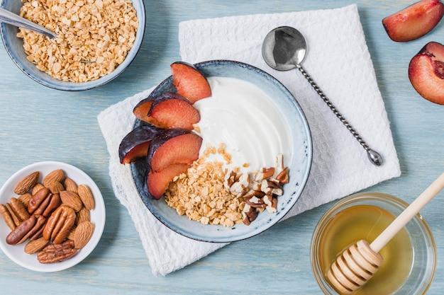 Pyszna śniadaniowa miska z jogurtem i truskawkami