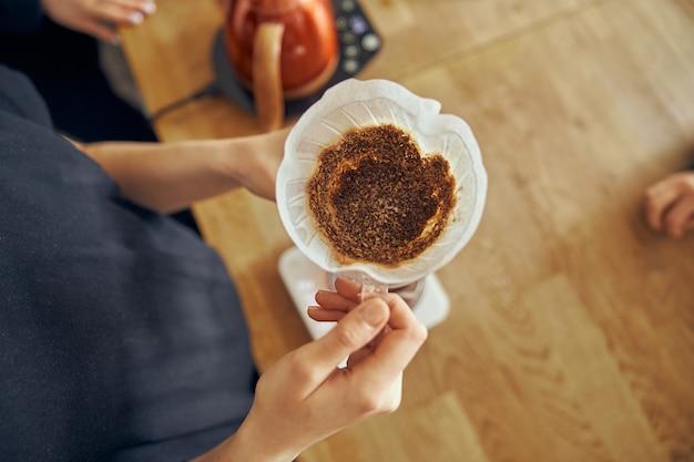 Pyszna, świeżo zmielona poranna kawa mielona w filtrze do kawy. widok z góry.