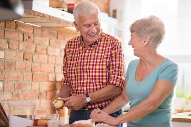 Pyszna szarlotka wypiekana przez starsze małżeństwo