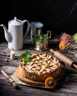 Pyszna tarta brzoskwiniowa domowej roboty ze świeżych składników organicznych. ciasto brzoskwiniowe, tarta owocowa, ciasto morelowe, deser owocowy. deser wegetariański. wegańskie jedzenie koncepcja, tea party. galette