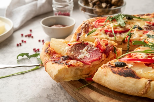 Pyszna Tradycyjna Aranżacja Pizzy Darmowe Zdjęcia