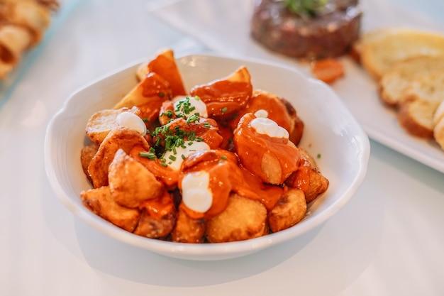 Pyszna wersja klasycznych hiszpańskich pikantnych ziemniaków