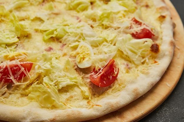 Pyszna włoska pizza cezar na ciemnym stole