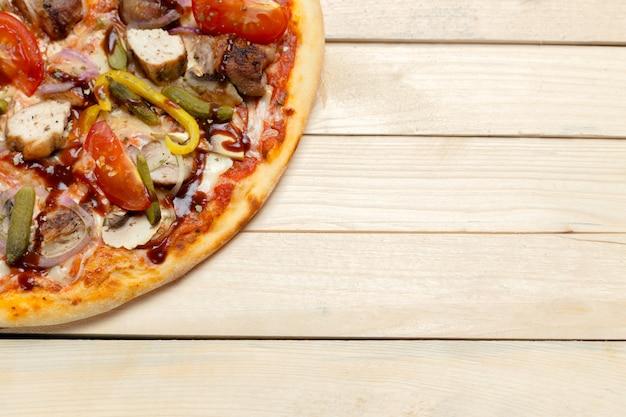 Pyszna włoska pizza serwowana na drewnianym stole