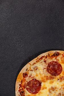 Pyszna włoska pizza serwowana na szarym tle