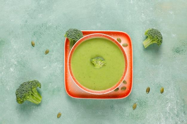 Pyszna zielona zupa krem z brokułów domowej roboty.