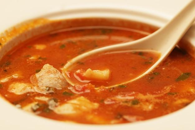 Pyszna zupa gulaszowa cielęca z mięsem i warzywami