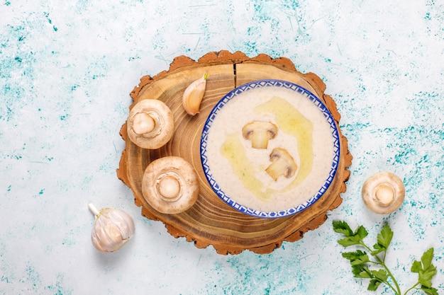 Pyszna zupa krem z pieczarek, widok z góry