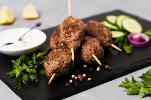 Pyszne arabskie szaszłyki fast-food