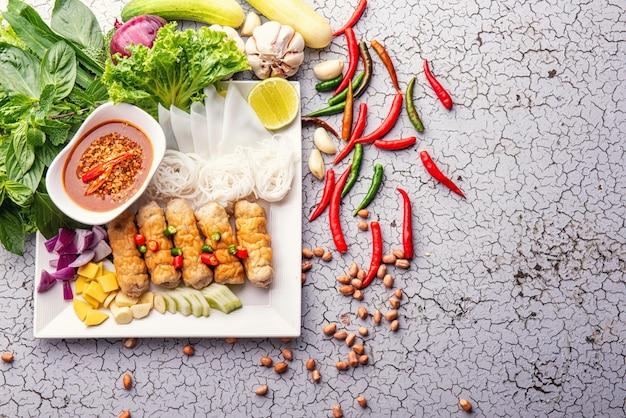 Pyszne azjatyckie jedzenie, wietnamskie jedzenie meatball wraps