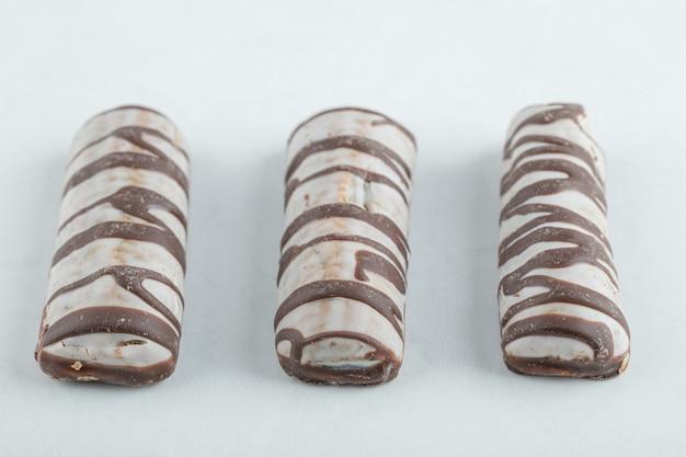 Pyszne batony czekoladowe na białym tle.