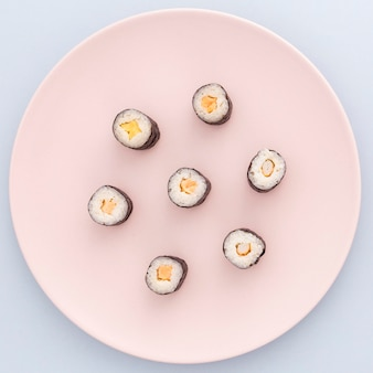 Pyszne bułki sushi gotowe do podania