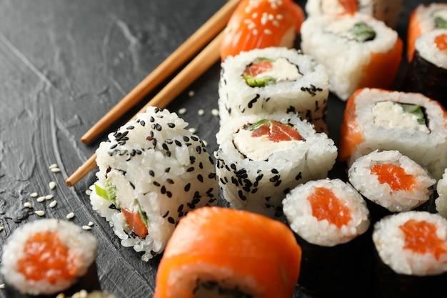 Pyszne bułki sushi. japońskie jedzenie