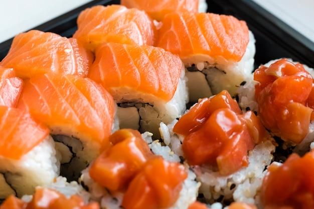 Pyszne bułki z czerwonym mięsem rybnym w kuchni japońskiej. japońskie jedzenie z bliska